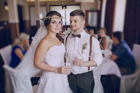feier: Hochzeitstag jungen Paares mit einem brillanten goldenen Herbst
