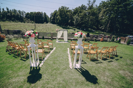 Mooie huwelijksdecoratie voor de ceremonie buiten in zonnig weer Stockfoto