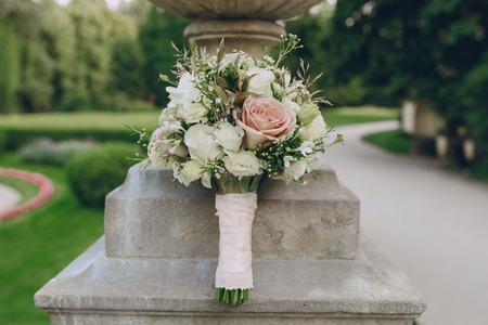 position d amour: bouquet de mariage dans une architecture de pierre historique et verdoyant Banque d'images
