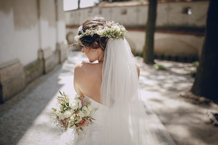Bella coppia matrimonio oditi una corona di farfalle e giarrettiere Archivio Fotografico - 50775848