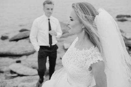 femme romantique: beau couple blond c�l�brer leur journ�e de mariage
