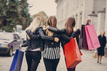 chicas comprando: Mujer con retornos de compras con bolsas de colores de moda