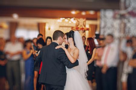 een prachtig paar dansen op je bruiloft in een restaurant Stockfoto