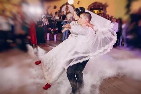 erster Hochzeitstanz eines jungen Paares im Restaurant