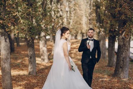 parejas romanticas: una maravillosa boda del oto�o hermosa pareja feliz Foto de archivo
