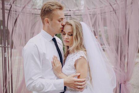 parejas romanticas: hermosa rubia pareja celebran su día de la boda