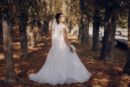 femme romantique: un merveilleux mariage d'automne beau couple heureux
