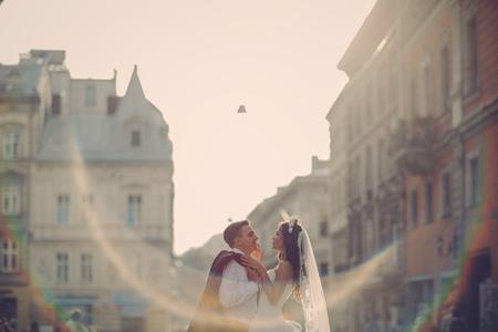 wunderschöne Hochzeit Paar genießt einen sonnigen Tag in der Altstadt mit Architektur