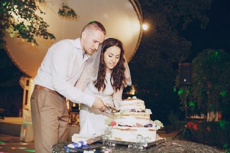 marido y mujer: aut�ntica boda maravillosa pareja joven con un paisaje incre�ble
