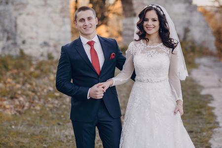 marido y mujer: hermosa pareja de novios que celebran el d�a de su boda en oto�o Foto de archivo