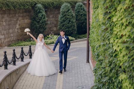 marido y mujer: hermosa boda de verano en una hermosa arquitectura hist�rica Foto de archivo