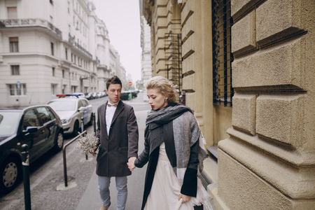 femme romantique: beautiful unique couple walks into your wedding day in Budapest Banque d'images
