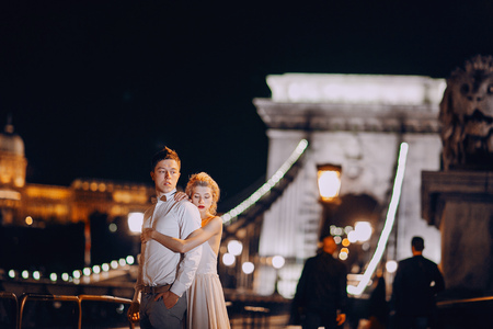 femme romantique: gorgeous wedding couple walking in Budapest at night Banque d'images