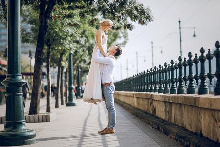 parejas de amor: Pares de la boda preciosa entrar en su d�a de la boda en Budapest
