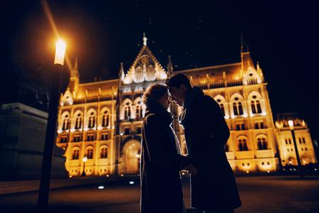 pareja de boda magnífico caminar en Budapest en la noche