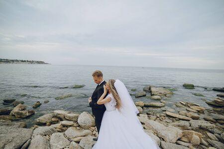 marido y mujer: hermosa rubia pareja celebran su d�a de la boda