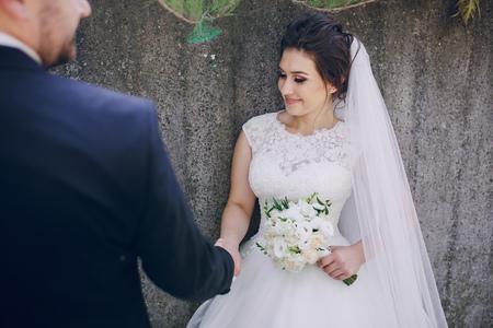 femme romantique: beau mariage d'�t� qui a eu lieu dans la vieille ville avec la magnifique architecture