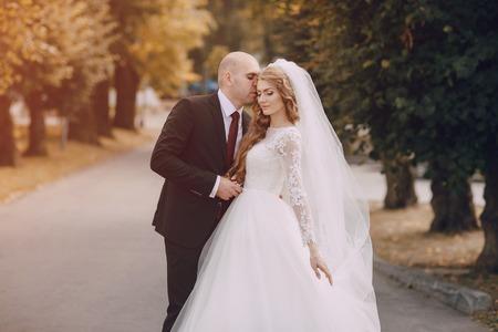 marido y mujer: maravillosa boda de la novia rizado y su guapo marido