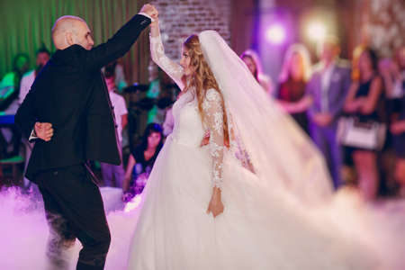 femme romantique: wonderful wedding curly bride and her handsome husband Banque d'images