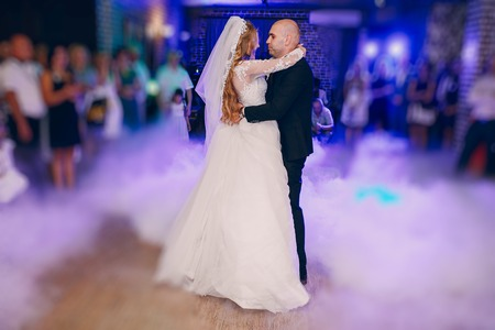 donna innamorata: meravigliosa sposa ricci e il suo bel marito