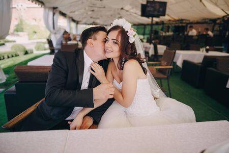 marido y mujer: Pareja de boda magn�fico disfruta de estar champ�n en el restaurante