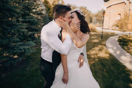 marido y mujer: boda preciosa y hermosa pareja de j�venes en el verano