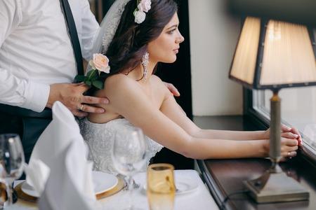 marido y mujer: hermosa boda de verano que tuvo lugar en la ciudad antigua con arquitectura maravillosa