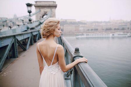 una bellissima coppia unica cammina nel giorno del tuo matrimonio a Budapest