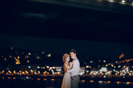 prachtige bruidspaar wandelen in Boedapest bij nacht