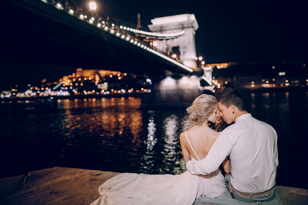 gorgeous wedding couple walking in Budapest at night 스톡 콘텐츠