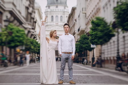 position d amour: gymnastics the bride posing on the street in Budapest Banque d'images