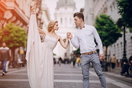 position d amour: gymnastique la mariée posant sur la rue à Budapest Banque d'images