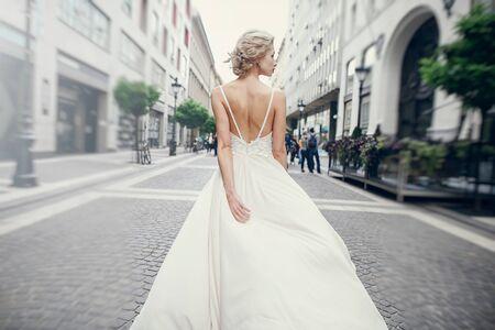 gymnastiek de bruid die zich voordeed op straat in Boedapest Stockfoto