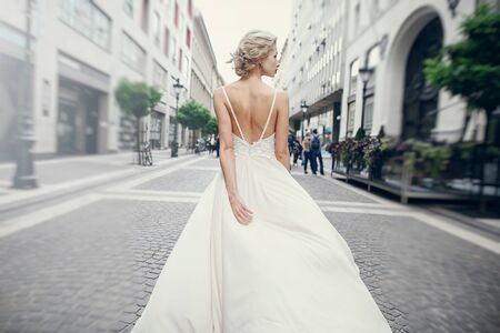 gymnastics the bride posing on the street in Budapest Banque d'images