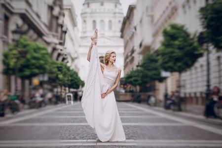 position d amour: gymnastique la mari�e posant sur la rue � Budapest Banque d'images