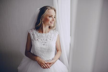 mooie blonde bruid bereidt zich voor haar bruiloft