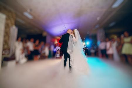 prachtige bruiloft krullende bruid en haar knappe echtgenoot Stockfoto
