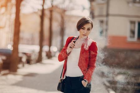 girl with the electronic cigarette Фото со стока - 75506559