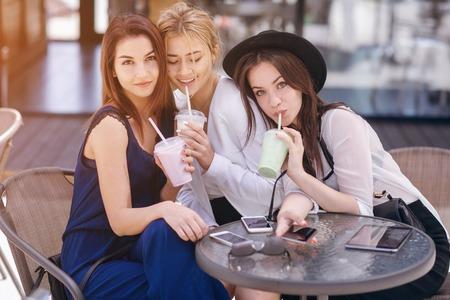 Mooie jonge meisjes buitenshuis in zonnig weer