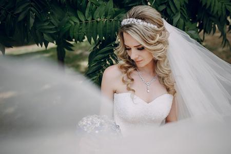 Bruid in het park Stockfoto