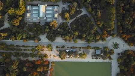 vlucht drones over het beroemde Park van de Retiro van Madrid Stockfoto