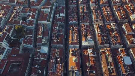 매력적인 도시인 리스본 (Lisbon)과 그 움막에서 하늘을 볼 수 있습니다. 스톡 콘텐츠 - 84875123