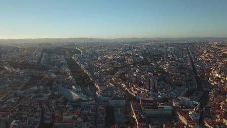 매력적인 도시인 리스본 (Lisbon)과 그 움막에서 하늘을 볼 수 있습니다. 스톡 콘텐츠