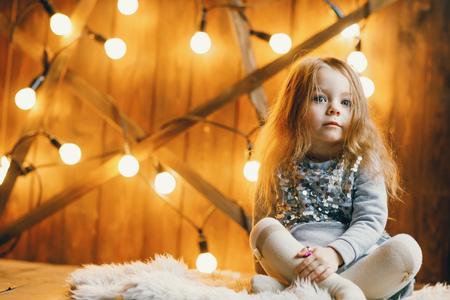 床に座っている小さなブロンドの女の子