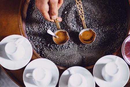伝統的な方法で作られているトルコのコーヒー