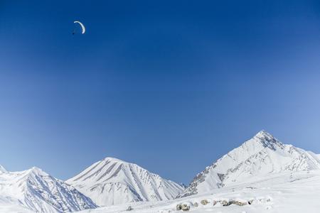 雪に覆われた山々の美しい風景