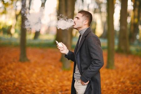 秋の公園の男