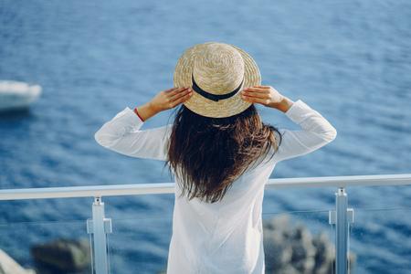 Mädchen in der Nähe von Meer