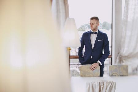 sposo elegante in una camera d'albergo