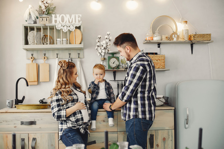 Cute family have fun in the kitchen Banque d'images - 113944647